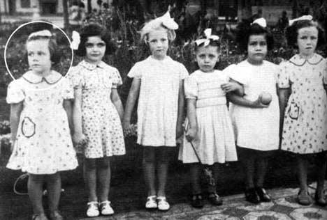 A la edad de cuatro años con sus amigas. - Poesia Online