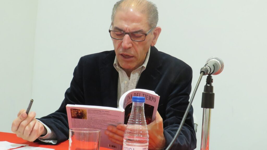 El poeta Carlos Fernández del Ganso recitando