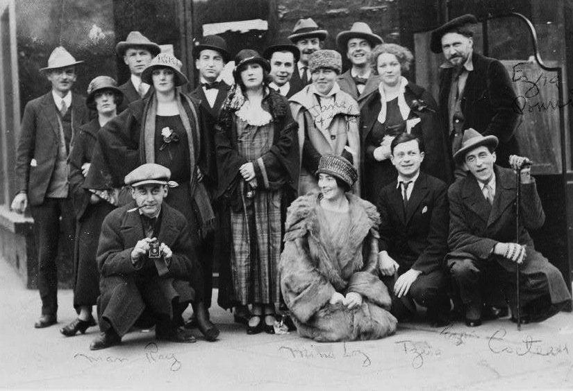 Ezra Pound Tristan Tzara Man Ray Kiki Ray y otros en el Jockey Club de Paris en 1923 - Poesia Online