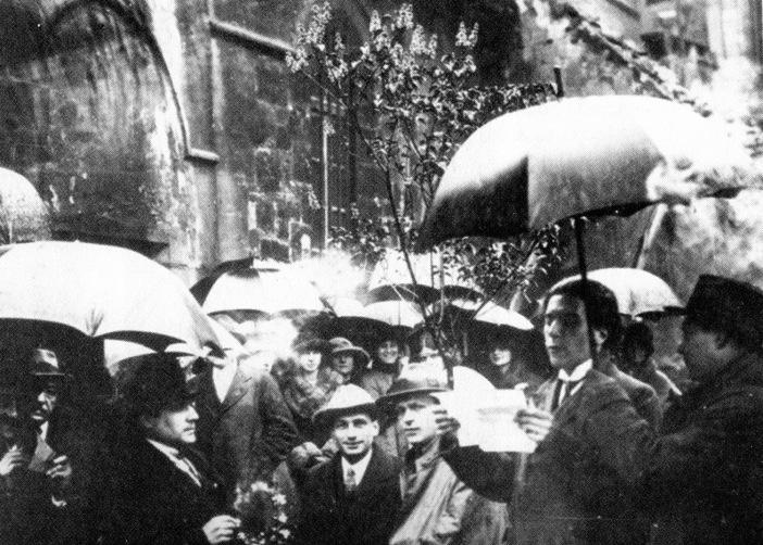 TZARA TRAS SU ACLAMADA LLEGADA AL PARÍS PRESURREALISTA LEYENDO UN MANIFIESTO EN LAS PUERTAS DE LA IGLESIA DE ST. JULIEN LE PAUVRE 1921 FOTOGRAFÍA BIBLIOTHÈQUE LITTÉRAIRE JACQUES DOUCET - Poesia Online