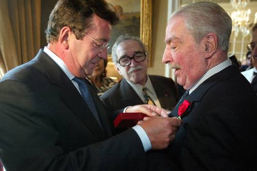 En 2004 el embajador de Francia Philippe Faure entregó a Álvaro Mutis el grado de oficial de la Legión de Honor. - Poesia Online