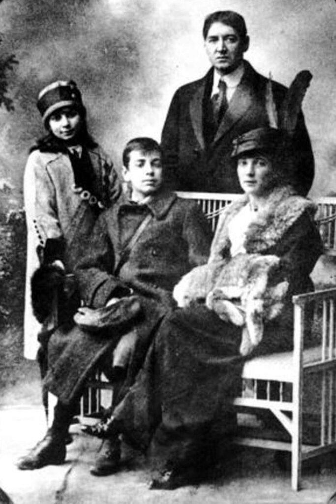 Foto familiar de los Borges. Parados Norah y Jorge Guillermo sentados Jorge Luis y su madre Leonor Acevedo Suárez - Poesia Online