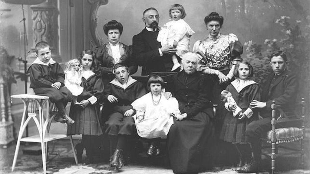 Miguel de Unamuno y su familia en Salamanca. - Poesia Online