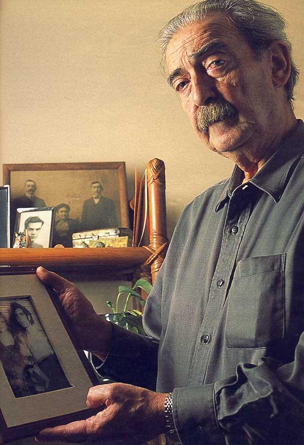 Juan Gelman muestra la foto de su hijo y su nuera - Poesia Online
