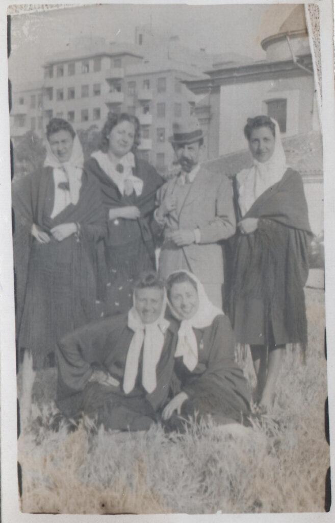 1939 Verbena de San Antonio con compañeros de la revista Maravillas 1 - Poesia Online