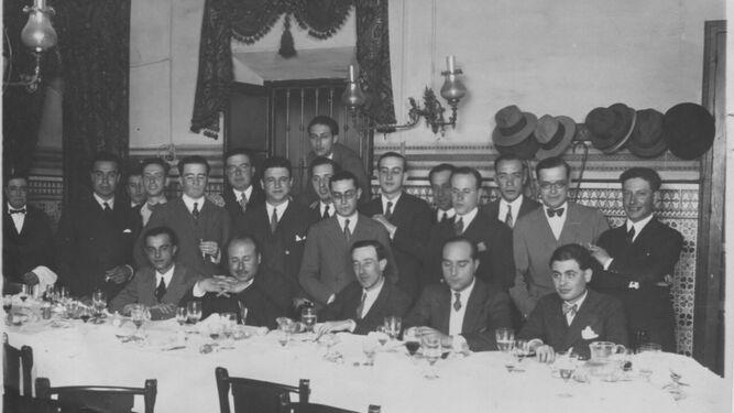 Cena de la revista Mediodía en homenaje a Gerardo Diego. Núñez de Herrera está de pie el cuarto por la izquierda con pajarita - Poesia Online