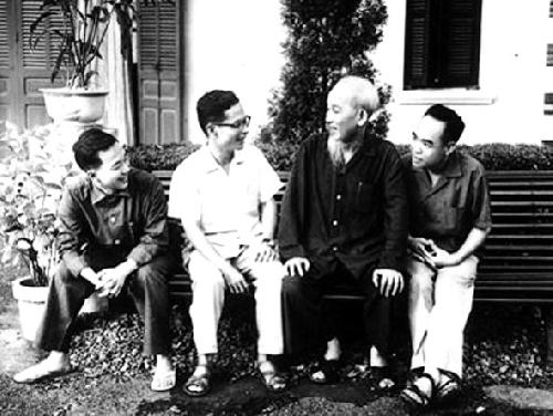 El tío Ho habla con escritores y poetas To Huu Phan Tu y Tran Dinh Van - Poesia Online
