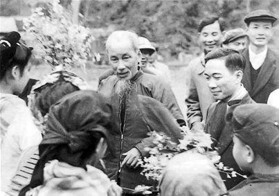 El tío Ho y el poeta To Huu visitaron Pac Bo en 1961 - Poesia Online