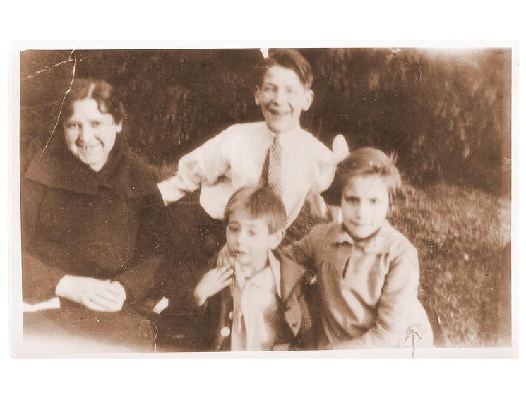 Gloria Fuertes con su madre y sus hermanos Jesús y Angelín - Poesia Online