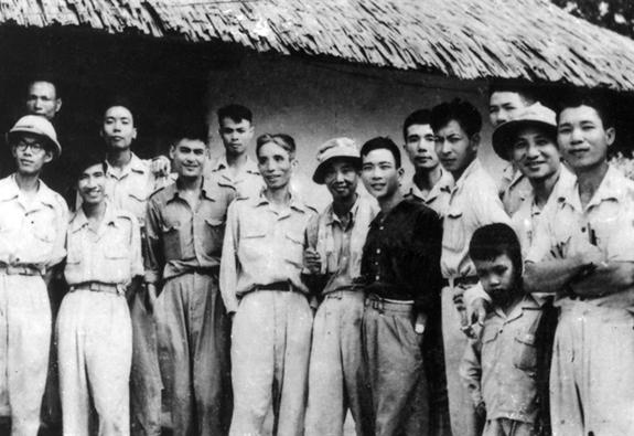 Poeta To Huu arriba sexto desde la izquierda con otros escritores y artistas durante la guerra contra los franceses. - Poesia Online