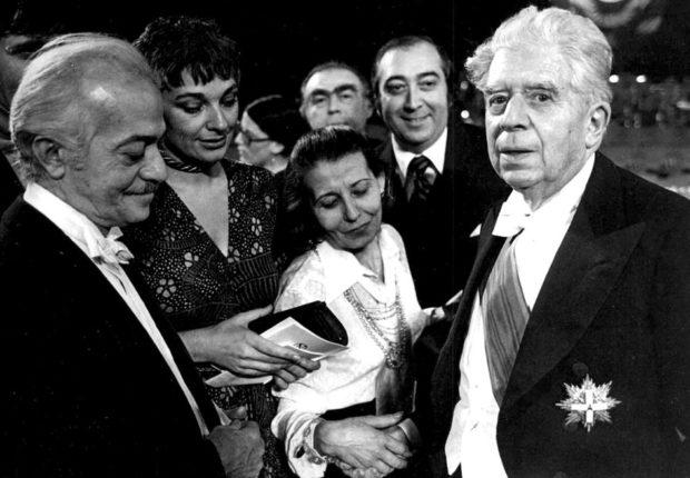 Eugenio Montale en la ceremonia del Premio Nobel en Estocolmo 10 de diciembre de 1975. Eugenio Montale está con Domenico Porzio director editorial de Mondadori Archivio RCS. - Poesia Online