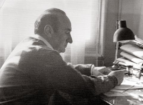 Leopoldo de Luis en su escritorio años sesenta - Poesia Online