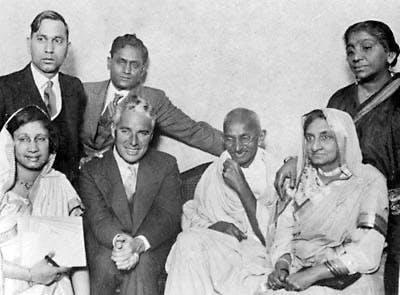 Naidu de pie a la derecha con MK Gandhi y Charlie Chaplin en Londres 1931 - Poesia Online