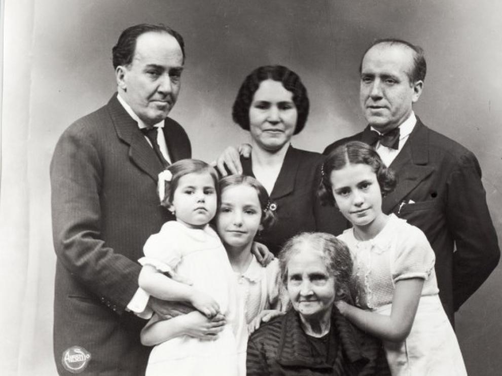 Antonio Machado con su madre y la familia de su hermano José. - Poesia Online