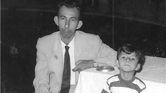 Ghailan Al Sayab con su padre Badr Shakir Al Sayab en el Líbano - Poesia Online